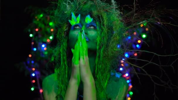 Uv fluoreszkáló fekete fény imádkozó az izzó fa háttér-misztikus zöld Driád