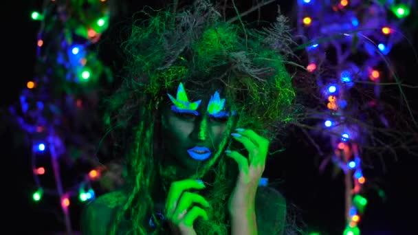 Félénk, misztikus zöld Driád Uv fluoreszkáló fekete fény izzó fa a háttérben