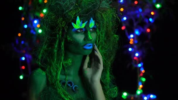 Uv fluoreszkáló fekete fény izzó fa háttér jelentő-misztikus zöld Driád