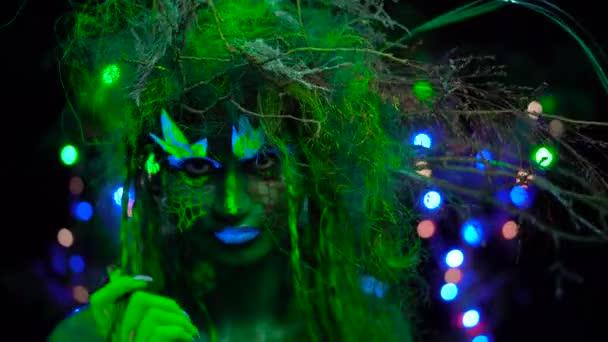 érzékeny misztikus zöld Driád Uv fluoreszkáló fekete fény izzó fa a háttérben
