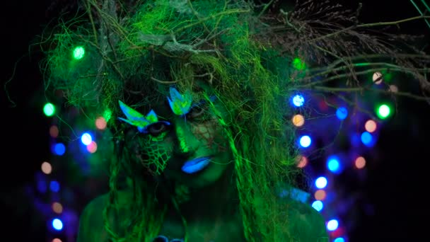 Uv fluoreszkáló fekete fény-misztikus zöld Driád int izzó fa a háttérben