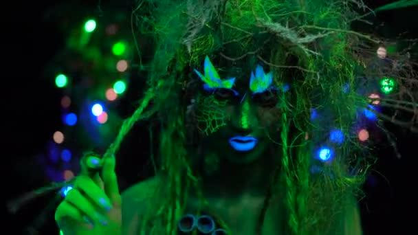 Pimasz misztikus zöld Driád Uv fluoreszkáló fekete fény izzó fa a háttérben