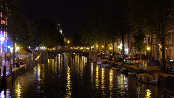 Amstredam noční osvětlení kanál a most panorama 4 k čas zanikla Nizozemsko