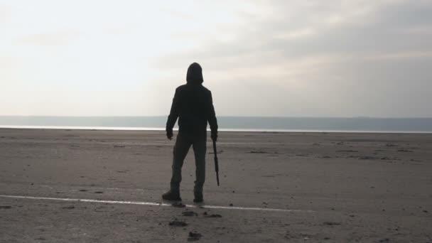 Veszélyes zombi szörny puska a Wasteland. Horror post apokalipce karakter fogalma, fegyveres és grasepainted egység