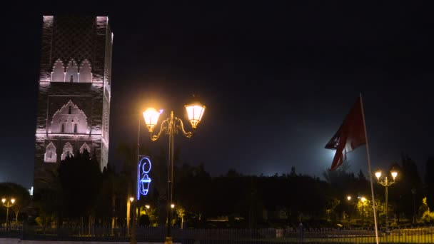 Noční výhled na Hasan Tower z náměstí s lampióny a praporky v Rabu v Maroku. Nedokončená mešita Minaret s výhledem na krále Hasana II mauzoleum. Pozůstatky největší staré civilizace v Africe