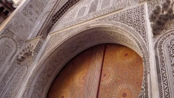 Antik fából készült ajtó Medina of Fes, Marokkó. Fafaragó ajtó.