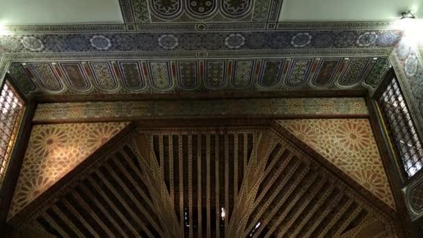 Spodní pohled na starodávný Maghreb. Marocká architektura tradiční arabský design-bohatý Rijad dar si řekl, že Mozaiková interiérová