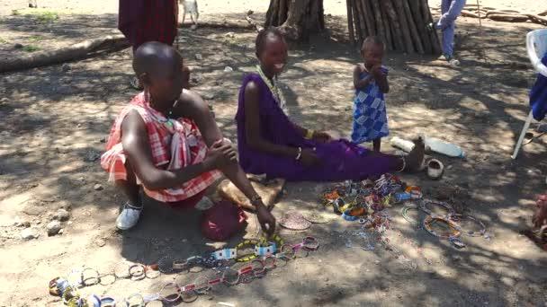 SERO ENGARE. TANZÁNIA - JANUÁR 2020: Piaci nap az őshonos maszájban a hagyományos faluban. Maasailand az a terület a Rift-völgyben Kenya és Tanzánia között a Natron-tó és az Ol Doinyo Lengai közelében