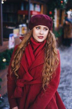 """Картина, постер, плакат, фотообои """"красивая девушка в красном пальто и берете идет вдоль постеры"""", артикул 298338578"""