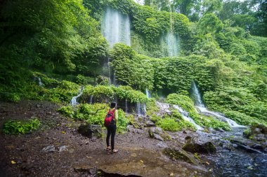 "Картина, постер, плакат, фотообои ""Туристка-женщина наслаждается видом на водопад Бенанг Келамбу"", артикул 257326984"
