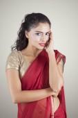 hübsche indische Frau schaut in die Kamera