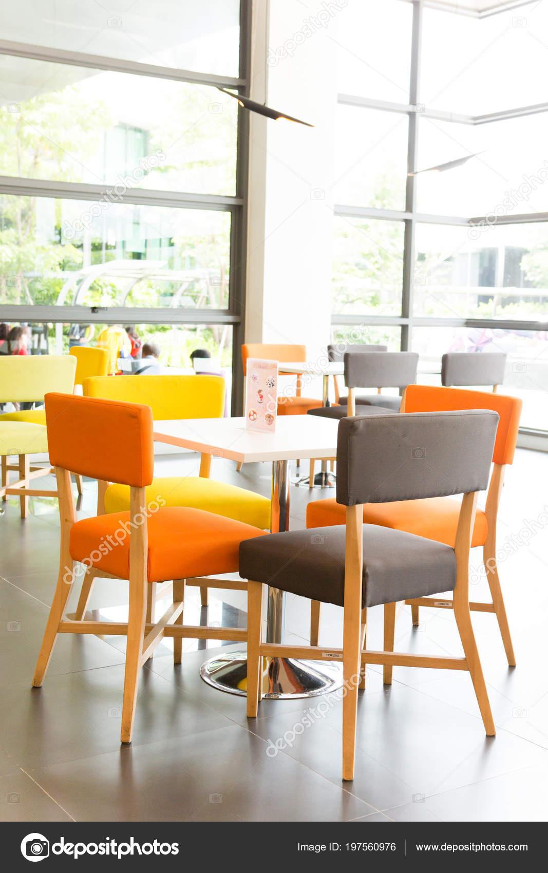 Salle Manger Avec Tables Colorees Chaises Photographie