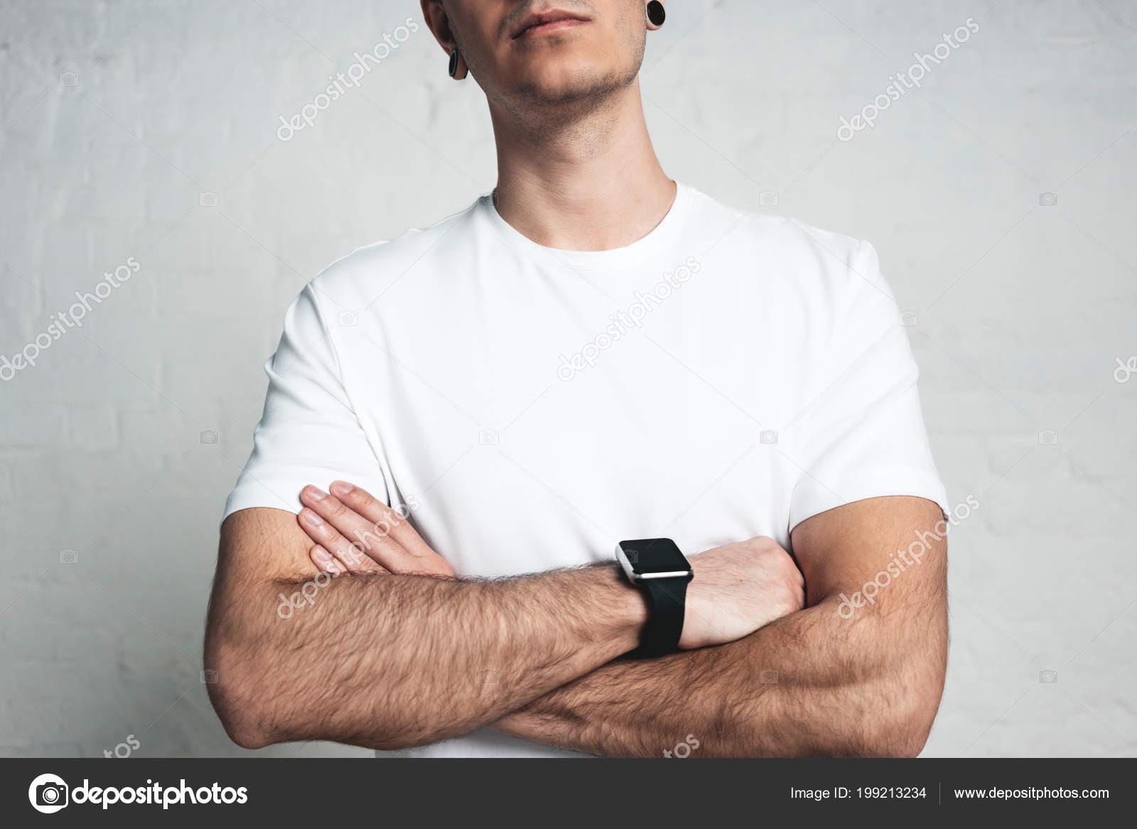 157b3371ca603 Joven Atlético Vistiendo Camiseta Blanca Blanco Elegante Reloj Pared Vacía  — Fotos de Stock