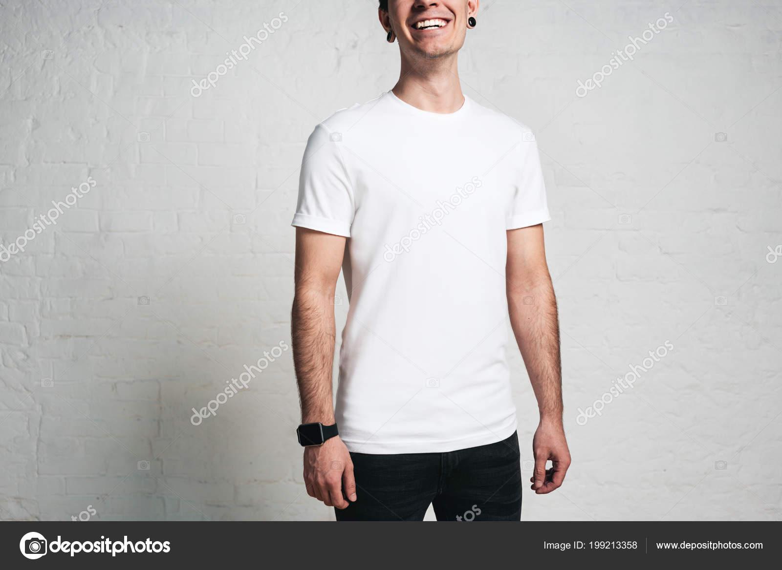 22ad29de7234e Joven Sonriente Camiseta Blanca Blanco Retrato Estudio Horizontal Pared  Vacía — Fotos de Stock