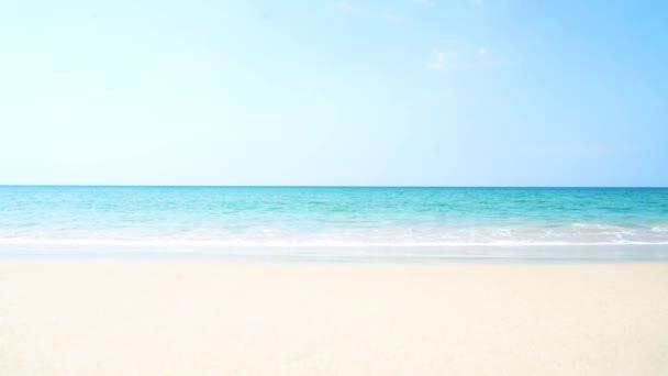 Výhled na tropickou pláž na moře se rozvlní na tropické pláži s bílým pískem. Mořské vlny bezešvé smyčky na nádherné písečné pláži, Phuket Thailand