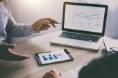 Dvě obchodní výkonné konference prezentace zpráva o nový plán marketingové služby pro rozvoj podnikání ve společnosti, pomocí digitálních tabletu.