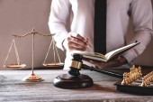 Kladívko na dřevěný stůl a právník nebo soudce pracuje s dohodou v soudní síni motivu, koncept spravedlnost a zákon.