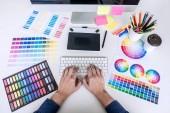 A férfi kreatív grafikai tervező dolgozik a színválasztás és grafikus tábla, a munkahely, a munkaeszközök és tartozékok, felülnézet munkaterület rajz kép.