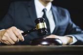 Poradce nebo Male právník pracující v soudní síni u stolu. Právní právo, soudce kladívko s právníky poradenství s kladívkem a váhy spravedlnosti spravedlnosti.