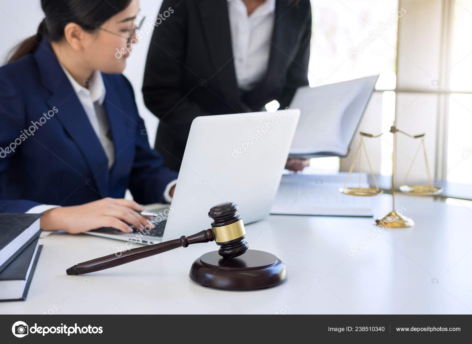 где работает юрист