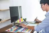 Kép a férfi kreatív grafikus dolgozik a színválasztás és rajz grafikus táblagép a munkahelyen a munkaeszközök és kiegészítők a munkahelyen.