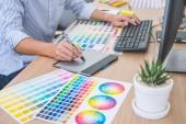 Bild eines männlichen kreativen Grafikdesigners, der an Farbselekten arbeitet