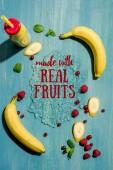 pohled shora láhev smoothie z čerstvého banánu a jahody s mátou peprnou, s nápisem vyrobeno s skutečné ovoce