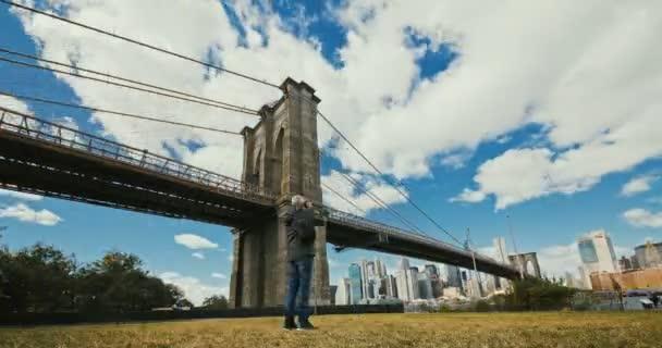 Ponte di Brooklyn al tramonto su Manhattan con Cityscape of New York, Stati Uniti. 4k lasso di tempo