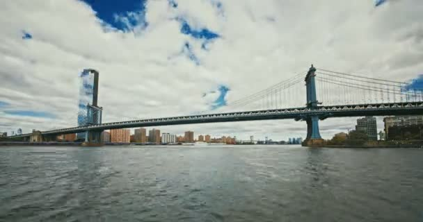 Manhattanský most při západu slunce nad Manhattanem s Cityscape of New York, USA. Časová prodleva 4k