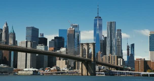 Brooklynský most při západu slunce nad Manhattanem s Cityscape of New York, USA. Časová prodleva 4k