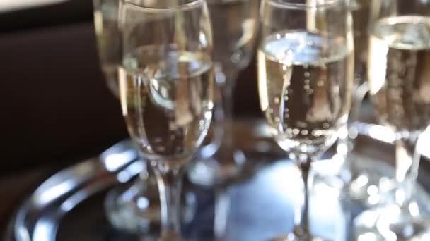 Gruppe von Gläsern mit funkelndem Champagner bei Sonnenstrahlen