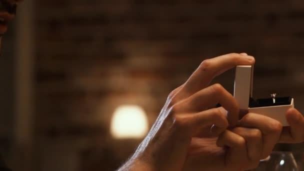 Uomo che dà un anello di fidanzamento alla sua fidanzata al ristorante
