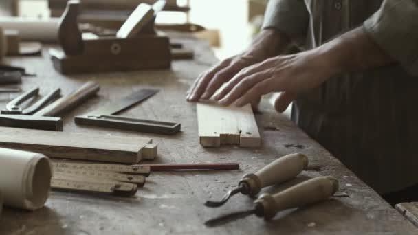 Profesionální kvalifikací tesaře pracujícího na společné dřevozpracující, řemesla a tesařství koncepce