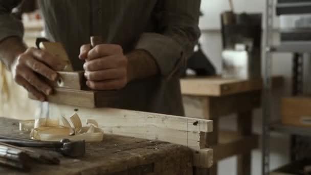 Profesionální kvalifikací tesaře hoblování dřeva s použitím hoblíku, zpracování dřeva a kvalitního zpracování koncepce
