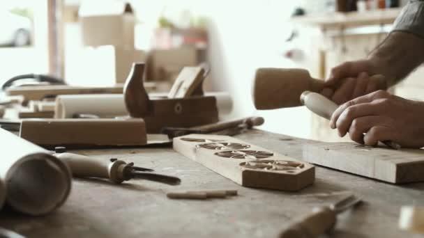 Profesionální kvalifikací tesaře v práci, on je řezbářské dřevo pomocí kladivo a dláto a tesařství koncept