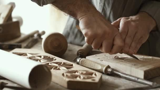 professioneller Schreiner, der in seiner Werkstatt arbeitet und Holz nach einem Fugenhobel-, Holzbearbeitungs- und Handwerkskonzept schnitzt