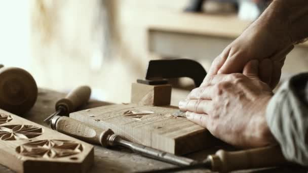 Profesionální tesařské práce ve své dílně a vyřezávání dřeva s použitím dláto, zpracování dřeva a kvalitního zpracování koncepce