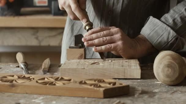 Profesionální kvalifikované tesařské práce v dílně a vyřezávání dřeva s gouge