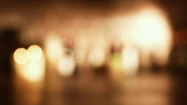 Sommelier vypít sklenku červeného vína ve sklepě, sbírka lahví a zapálených svíček: víno kultury a vinařství koncepce