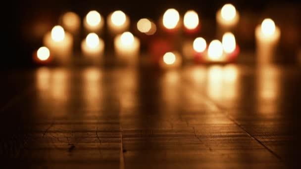 Svatá svíce v kostele: koncept náboženství a spiritualita