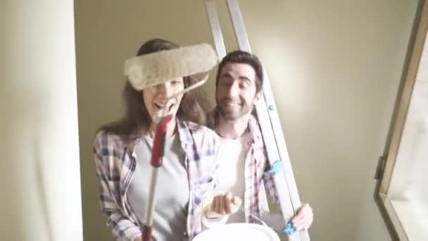 Junge Brautpaar Umzug in ihr neues Haus: sie tun einen home Makeover, Kisten tragen und gemeinsam feiern: home Renovierung, Immobilien und Lifestyle-Konzept, video-Montage