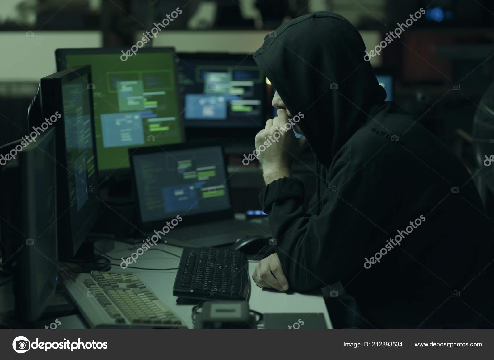 f0c1677e06 Νεαρή Χάκερ Ένα Τρόπο Σκέψης Hoodie Χέρι Στο Πηγούνι Και — Φωτογραφία  Αρχείου