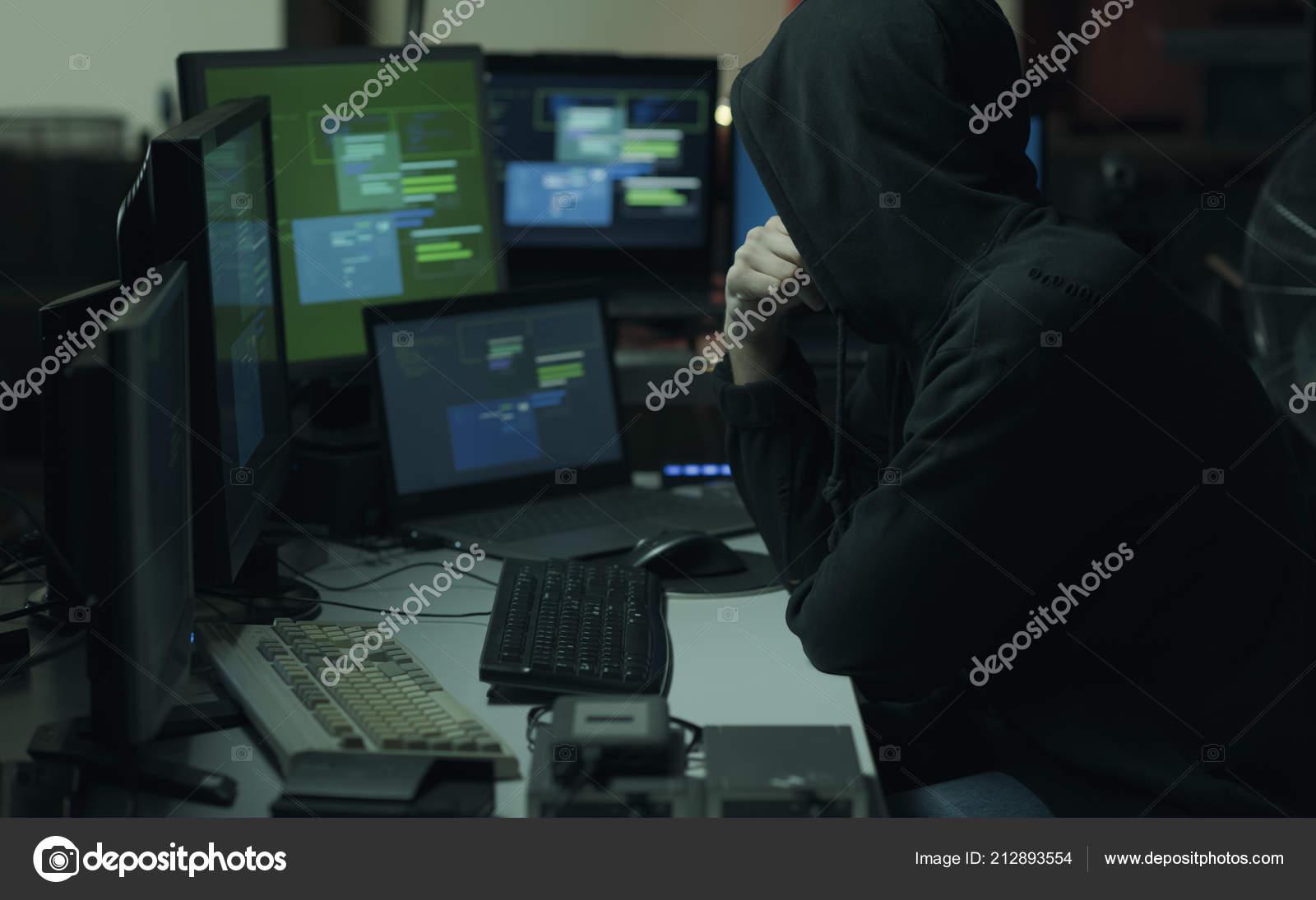 f8e3f55676 Δροσερό Νεαρή Χάκερ Κουκούλα Που Λειτουργεί Υπολογιστές Εγκληματικότητα  Στον Κυβερνοχώρο — Φωτογραφία Αρχείου
