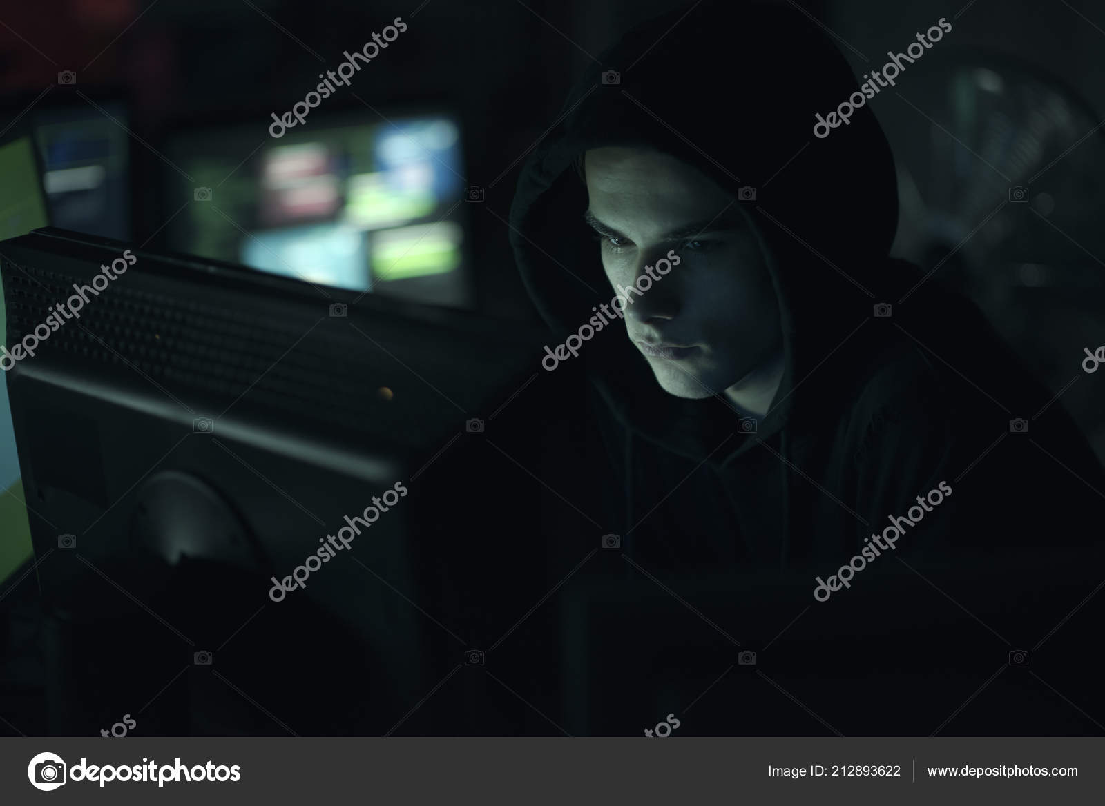 fd223f085e Νεαρό Επαγγελματία Hacker Που Εργάζονται Μια Σκοτεινή Γραφείου Υπολογιστές  Ασφάλεια — Φωτογραφία Αρχείου