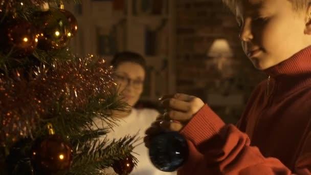 06b4881a5e5 Muchacho Feliz Adornando Árbol Navidad Colgar Las Bolas Madre Está– metraje  de stock