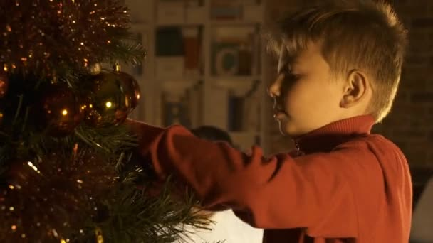 71ba9983d30 Muchacho Feliz Adornando Árbol Navidad Colgar Las Bolas Madre Está — Vídeo  de stock