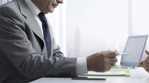 Unternehmen Arbeitgeber überprüft den Lebenslauf des Kandidaten während eines Vorstellungsgesprächs, Beschäftigung und Geschäftskonzept