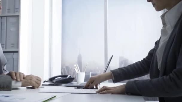 Zákaznické setkání s finančním poradcem v kanceláři, podepíše smluv a dává handshake: obchodní dohody a pojištění koncepce