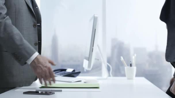 Firemní obchodní lidí v kanceláři potřese rukou a sit, obchodní a finanční poradenství koncepce