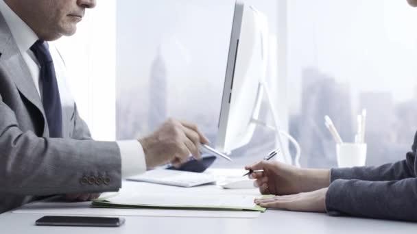 Vevő találkozó egy pénzügyi tanácsadó iroda, aláírja a szerződéseket, és ad egy kézfogás: üzleti megállapodások és biztosítási fogalom